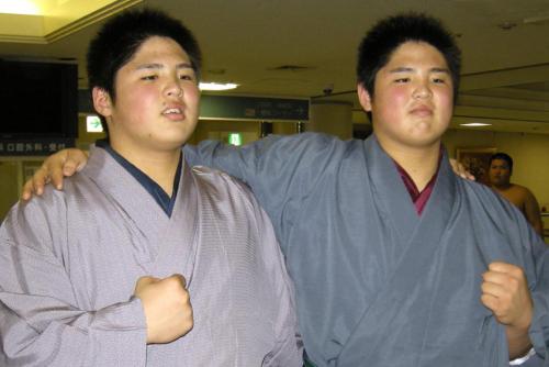 新弟子時代の貴ノ富士(左)と貴源治