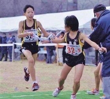 左:全国小学生クロスカントリーリレーに出場した際の三浦龍司選手