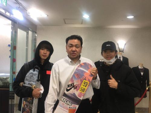 左:堀米雄斗さん 右:松本崇さん 聖進学院高校にて