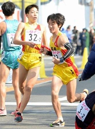 左:全国都道府県対抗男子駅伝で走る中学生の三浦龍司選手