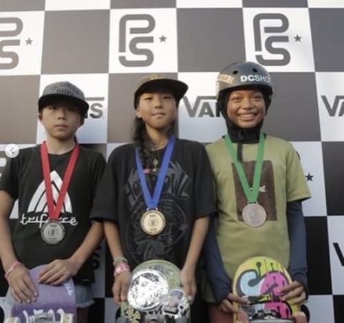 2018年8月 VANSアジアで優勝した開心那選手(中央)
