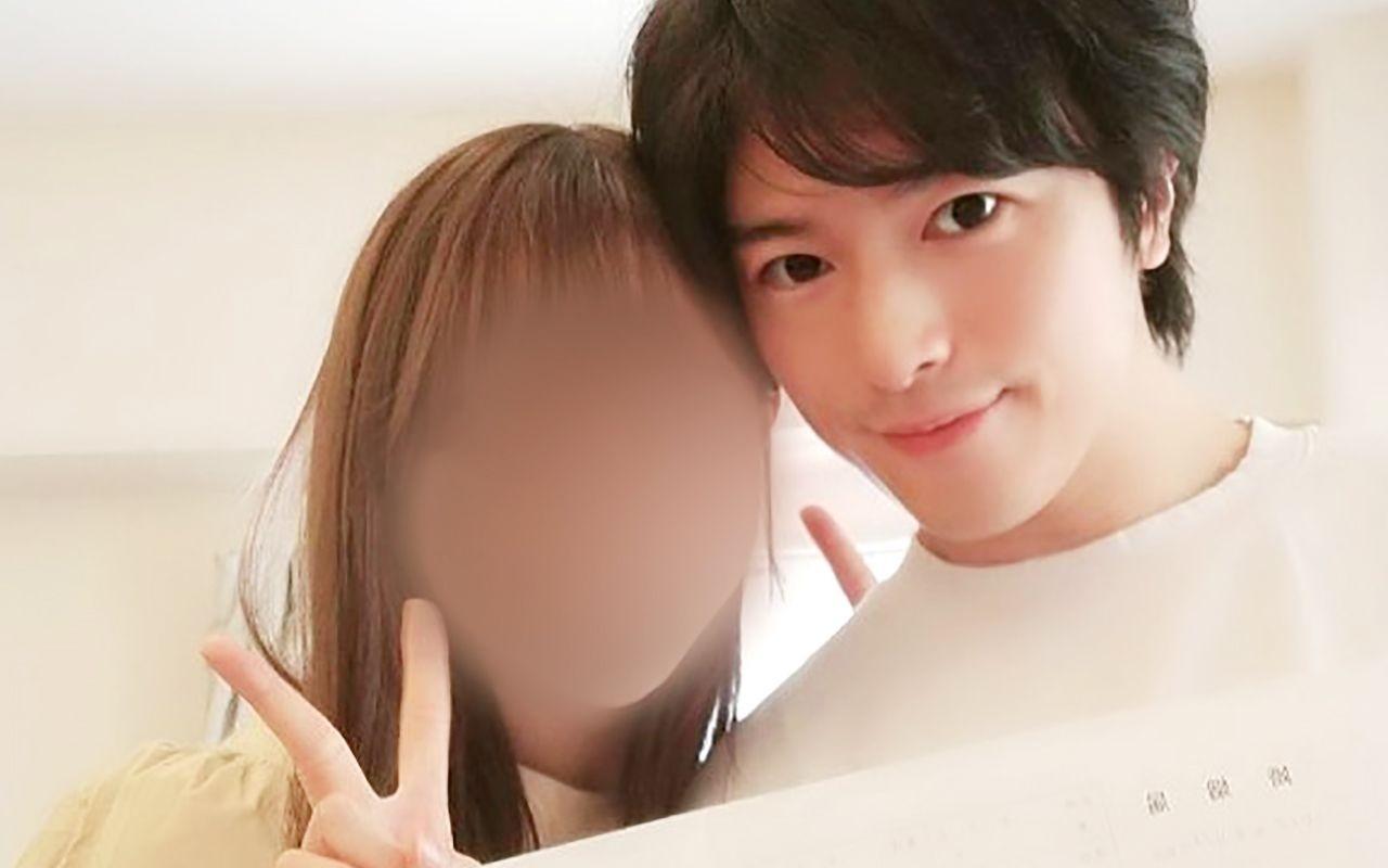 婚姻届を提出した大井健と嫁のA子さん(文春オンラインより引用)